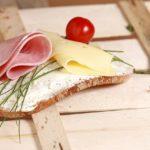 Brânza cu roșii îngrașă! iată de ce nu este recomandată
